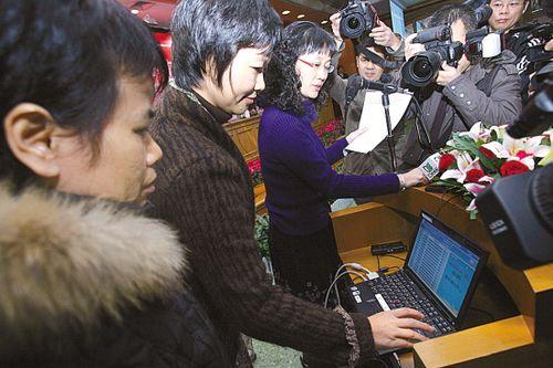 第二批经适房评分排序仪式昨在市房管局举行,各路媒体很关注 本报记者 宋金峪 摄