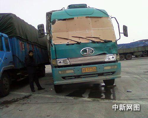 河南高速雷人货车:纸板蒙面司机凭感觉开车