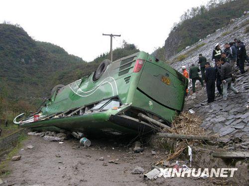 上海一大客车在贵州翻车 9人死亡多人受伤