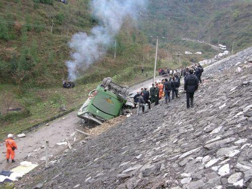 贵州毕节一上海大客车翻车 9人死亡多人受伤