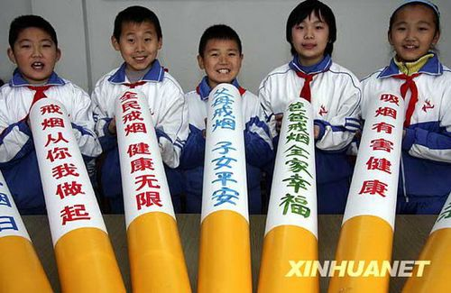 组图:小学生制作香烟模型劝告家长戒烟