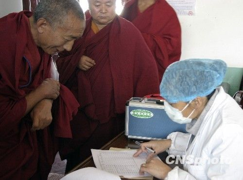 西藏拉萨开始为僧尼接种甲流疫苗