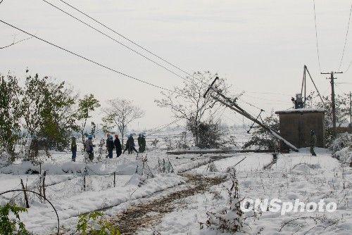 安徽滁州雪灾损毁电力线路 恢复正常供电