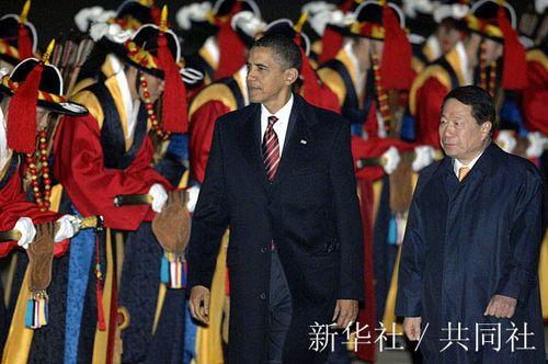 11月18日,美国总统奥巴马(前左)抵达韩国平泽。当日,奥巴马开始对韩国进行国事访问。  新华社/共同社