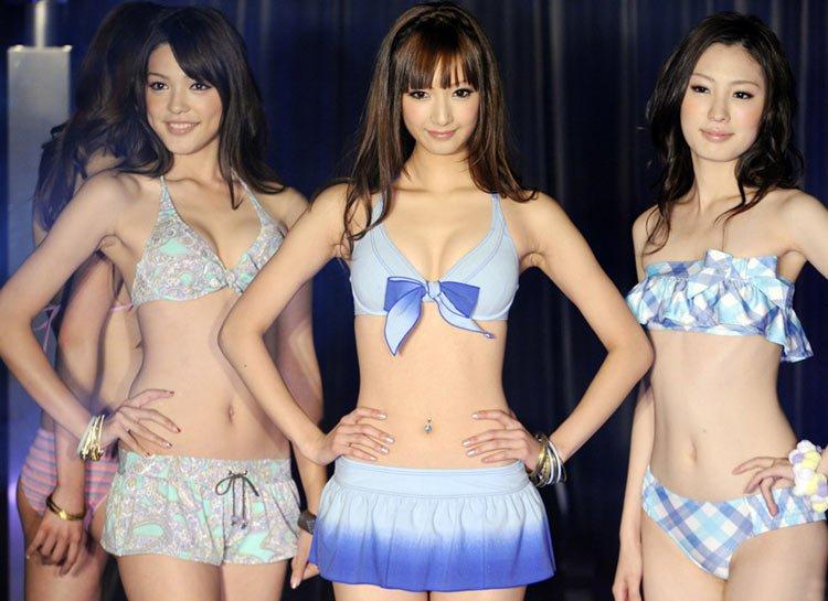 11月17日,日本东京举行2010年新款泳装发布会,日本服装业巨头带来了全新设计的比基尼泳装,蓝色的款式剪裁别致,轻盈如水好似花蝴蝶。