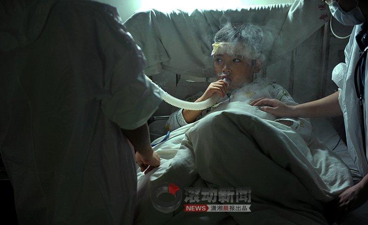 11月8日,湖南省儿童医院,护士给涵涵进行面部供氧。