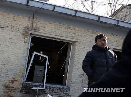 事故矿井附近的矿灯房窗户被震坏(11月21日摄)。新华社发