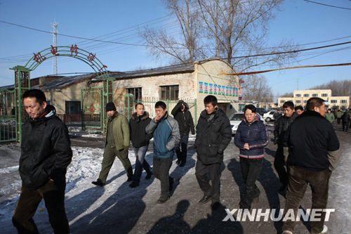 11月21日,矿工家属来到出事矿井等候亲人的音讯。