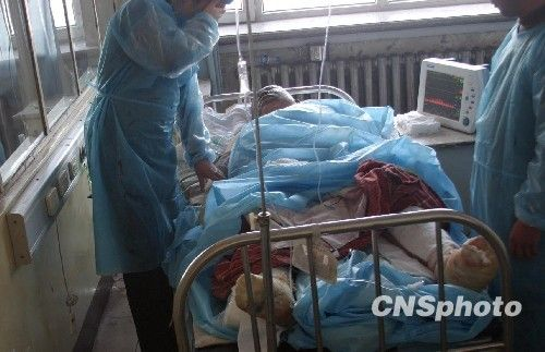 图:鹤岗矿难重症伤者接受治疗