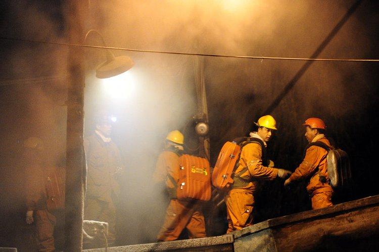 11月22日,救援人员在井下营救被困矿工。新华社 发
