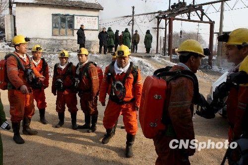 11月22日上午9时,新一批救援队员准备下井搜救被困矿工。黑龙江龙煤集团鹤岗新兴煤矿瓦斯爆炸事故搜救工作仍在进行中。截至当日7时,在新兴煤矿瓦斯爆炸事故中未升井的人员中已发现87名遇难者。 中新社发 房宝树 摄