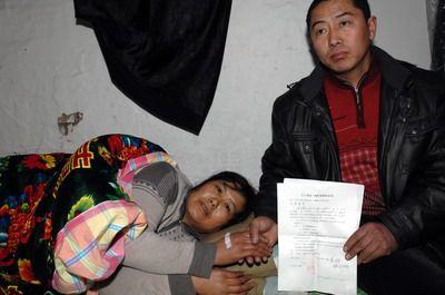 昨日,遇难矿工姜永维的舅舅在展示赔偿协议,他身旁是姜永维的母亲