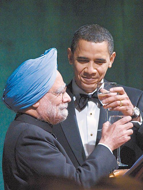 """美国总统奥巴马(右)24日晚在白宫南草坪举行的就任后首场国宴上向印度总理辛格祝酒。奥巴马当天称,印度是美国""""不可或缺""""的伙伴。新华社/法新"""