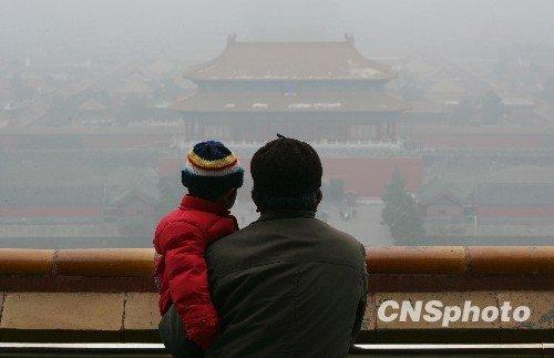 一场大雾将北京城逐渐笼罩起来。中新社发 刘震 摄