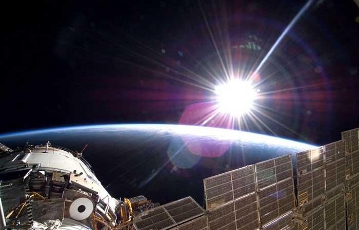 """2009年11月22日,美国""""亚特兰蒂斯""""号宇航员在国际空间站拍摄到的地球日出。"""
