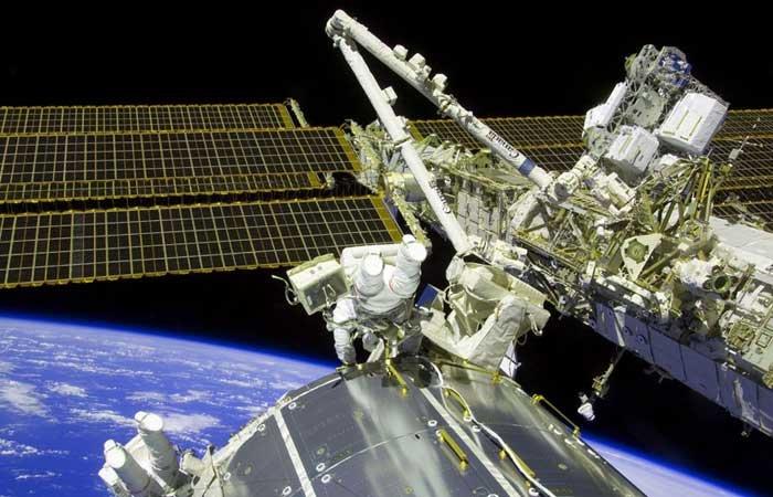 """这张美国宇航局(NASA)""""亚特兰蒂斯""""号宇航员11月22日拍摄到的图片显示的是部分荷载舱的画面。"""