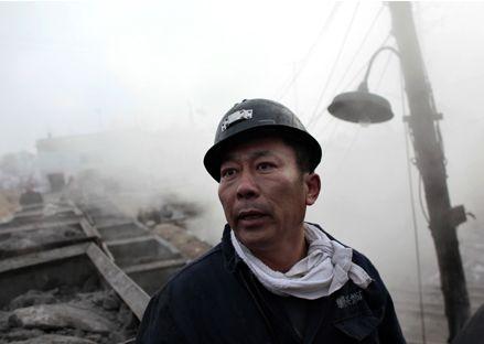 一次矿难损失的不只是上百条生命,也包括中国的国家形象。11月22日,一名矿工正在黑龙江鹤岗市新兴煤矿矿井外等待同伴的休息。路透社