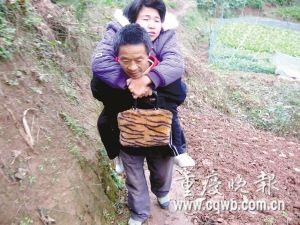 无论上街,还是种田,樊普明都要把妻子背在一起。