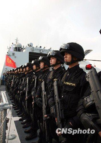 """2009年10月30日上午,中国海军""""马鞍山""""号、""""温州""""号两艘新型导弹护卫舰从浙江舟山东海舰队某军港解缆启航,远赴亚丁湾、索马里海域执行护航任务。""""马鞍山""""舰和""""温州""""舰将与正在亚丁湾执行第三批护航任务的""""千岛湖""""号综合补给舰,以及两架舰载直升机、数十名特战队员等组成中国海军第四批护航编队,整个编队共计700多人,接替第三批护航编队执行在亚丁湾、索马里海域的护航任务。中新社发孙自法 摄(资料图片)"""
