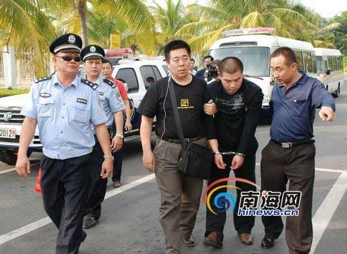 嫌犯李磊被押往凤凰机场。(特约记者张运煦摄)