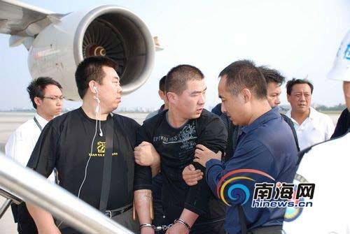李磊上飞机时回头再看三亚一眼。(特约记者张运煦摄)