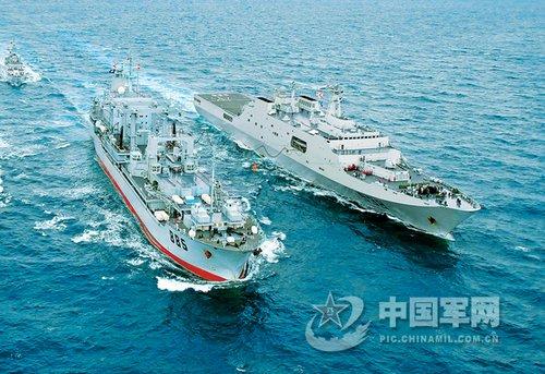 中国海军两艘万吨级战舰在南海举行补给演习