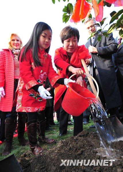 """12月3日,美国驻华大使洪博培夫妇与中国女儿杨乐意(前左)在扬州儿童福利院与保育员""""妈妈""""一起种下""""感恩树""""。新华社发 王卓 摄"""