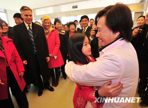 """12月3日,杨乐意在扬州儿童福利院与保育员""""妈妈""""拥抱。新华社发 王卓 摄"""