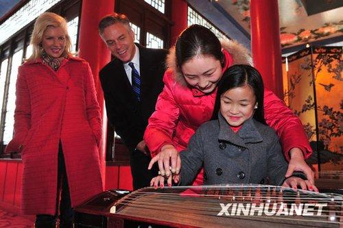 12月3日,杨乐意在扬州瘦西湖风景区试弹古筝。新华社发 王卓 摄