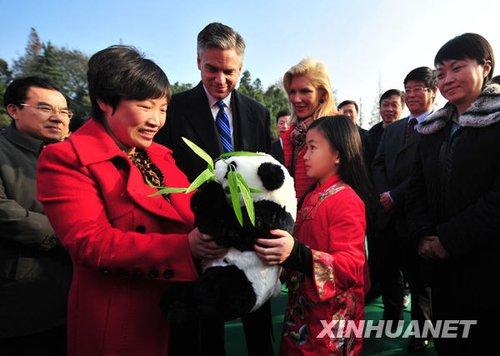 """12月3日,杨乐意(前右)在扬州儿童福利院向保育员""""妈妈""""赠送礼物。新华社发 王卓 摄"""