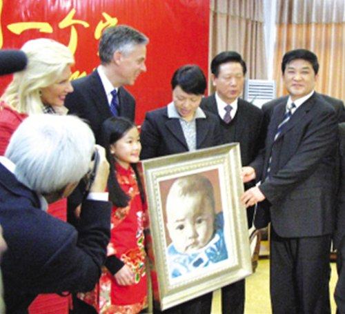洪博培携养女回扬州寻根 本报记者 陈咏 摄