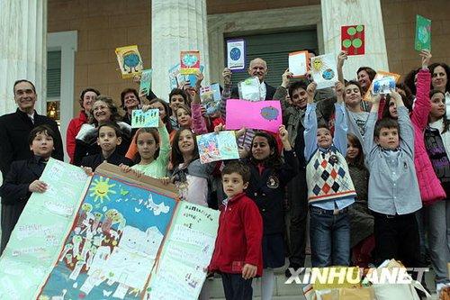 组图:希腊儿童向总理递签名 吁遏制气候变暖