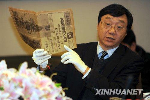 12月12日,侵华日军南京大屠杀遇难同胞纪念馆馆长朱成山展示新添的文物史料。新华社记者韩瑜庆摄