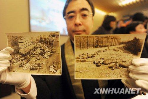 12月12日,日本友人大东仁先生展示由日本士兵当时在南京所拍的原版照片。新华社记者韩瑜庆摄