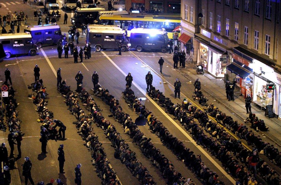 12月12日晚,在哥本哈根街头,警方抓捕了大量示威者。