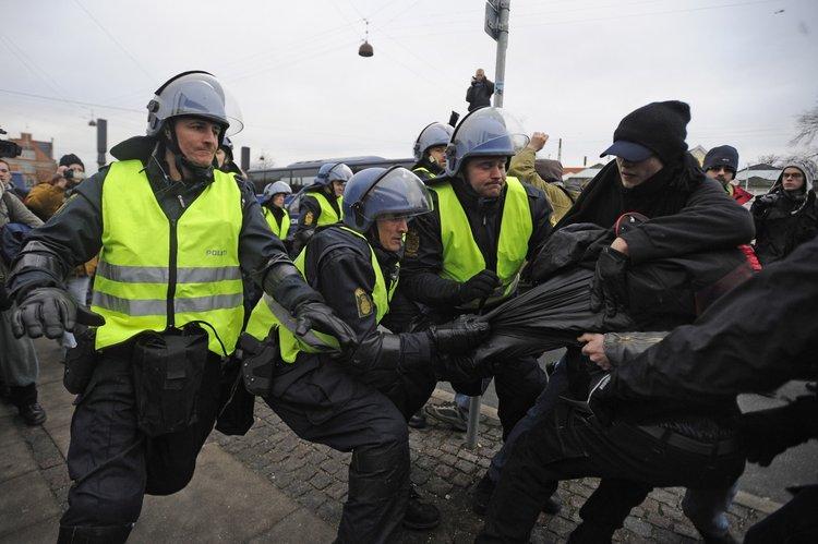 当地时间周日,哥本哈根市区内再次发生针对联合国气候变化会议的抗议活动,警方逮捕了其中约100名抗议者。