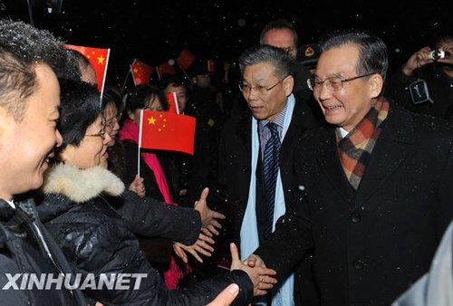 12月16日,中国国务院总理温家宝抵达丹麦首都哥本哈根,出席哥本哈根气候变化会议。这是温家宝受到当地华侨华人和留学生代表的热烈欢迎。新华社记者武巍摄