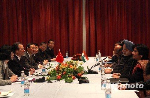 当地时间按十二月十八日上午,在丹麦出席哥本哈根气候变化会议的中国国务院总理温家宝会见了印度总理辛格。温家宝在会见时表示希望印度、巴西、南非和发展中国家加强团结和协作。中新社发余湛奕摄