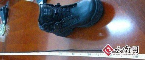 昆明回应疑犯自缢案疑点:警方演示鞋带上吊