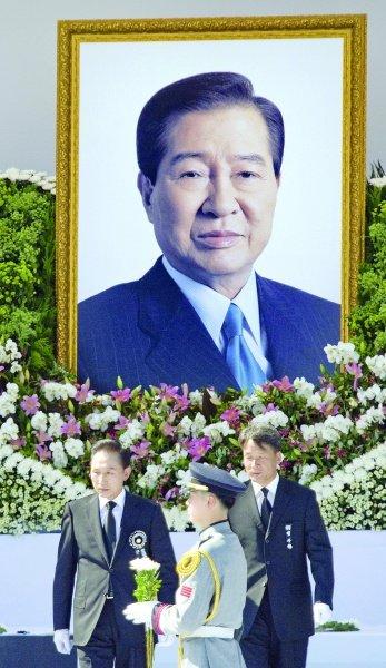 2000年,时任韩国总统金大中亲自前往朝鲜,与朝鲜最高领导人金正图片