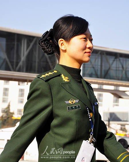 组图:青岛机场的美女边检员
