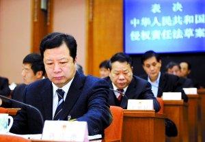 昨日,十一届全国人大常委会第十二次会议表决通过了《侵权责任法》,自2010年7月1日起施行。廖攀 摄