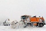 首都机场进行除雪作业