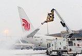 机场对飞机进行除冰作业