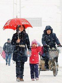 石家庄市民冒雪出行