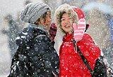 天津两名女孩行走在雪中
