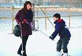 太原一位母亲在教儿子滑雪