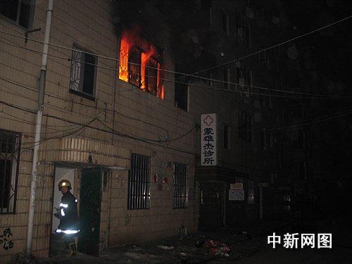 广西贵港出租房突发大火 8人被困(组图)