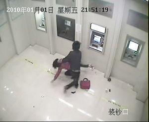 18岁男子银行持砖抢劫被拍下全过程(组图)