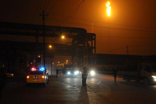 组图:兰州石化公司爆炸 现场火势映红半边天